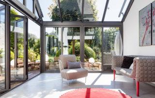 Wintergarten Innenansicht mit geöffneter Glas-Faltwand links