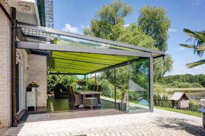 Glashaus von der Seite mit Markise