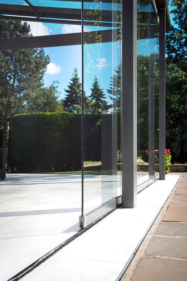 Detailaufnahme seitliches Glaselement in einem Glashaus