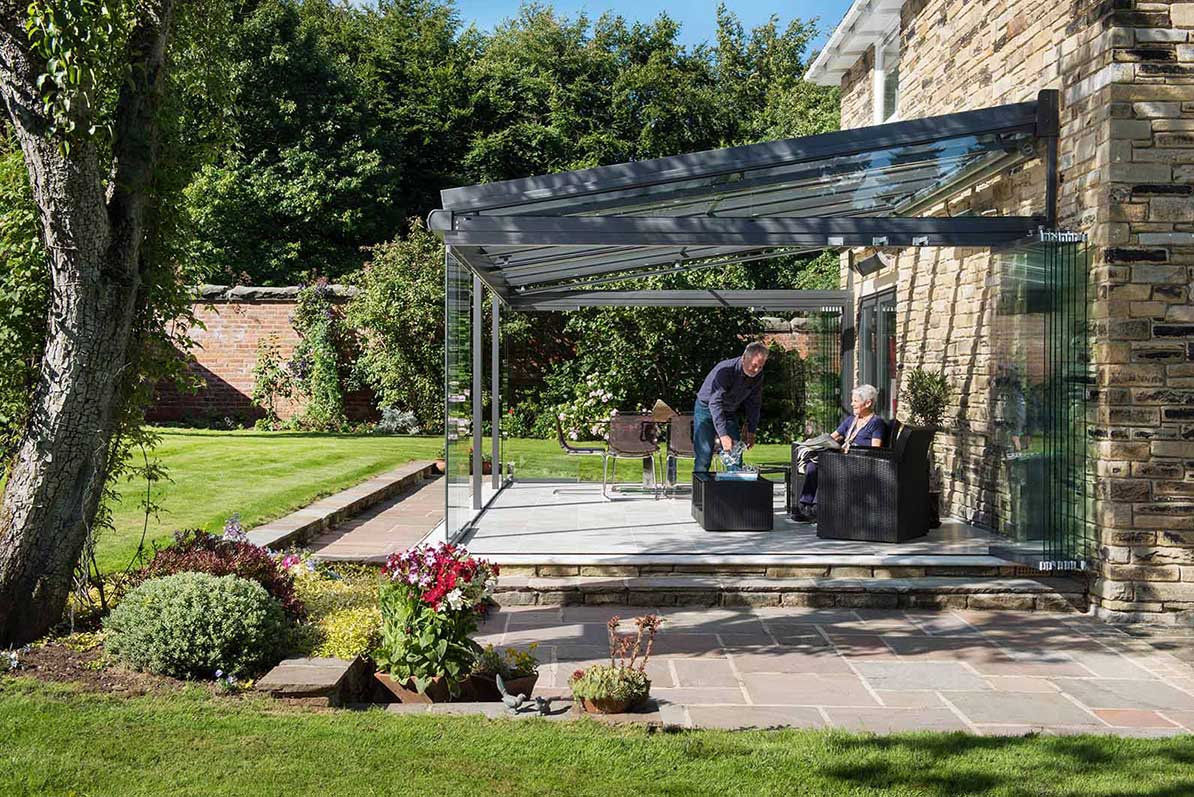 Grüner Garten und älteres Paar in einem Glashaus