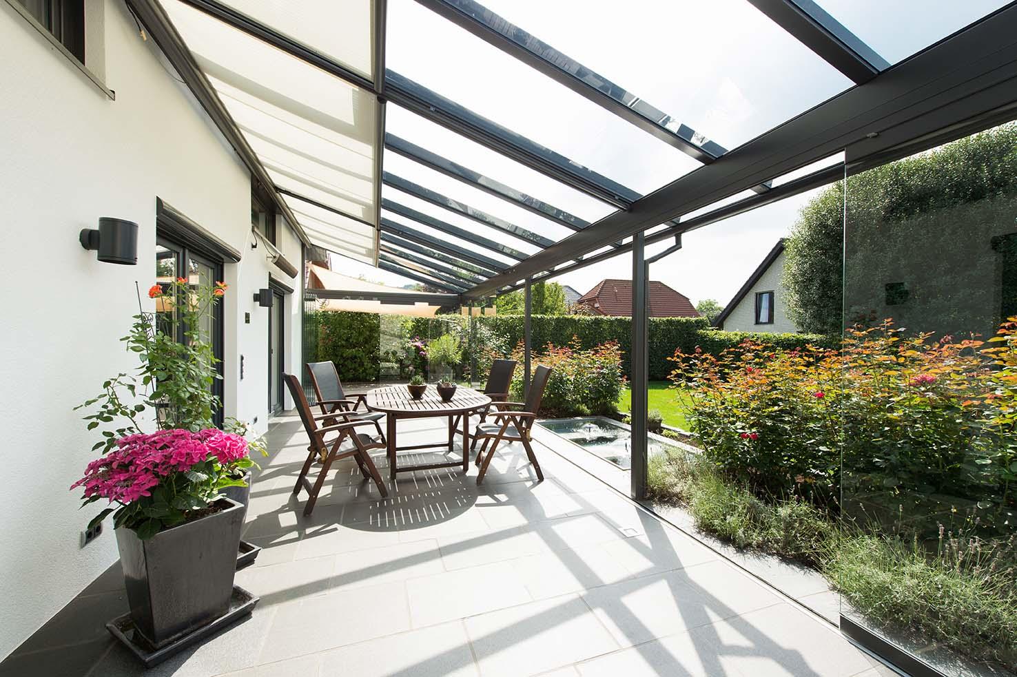 Terrasse mit gläserner Überdachung