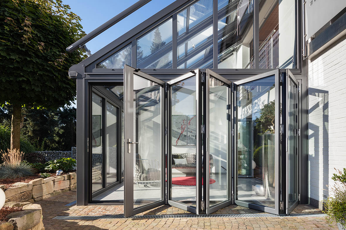 Wintergarten mit Glas-Faltwand von außen