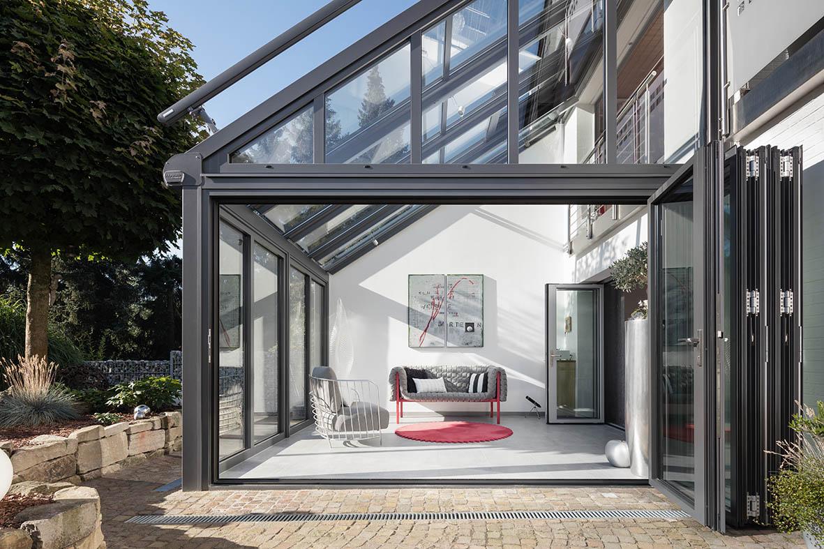 Wintergarten mit zwei Glas-Faltwänden